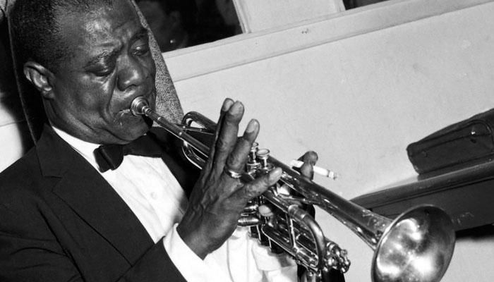 Jazz muusikko soittaa trumpettia kiihkeästi